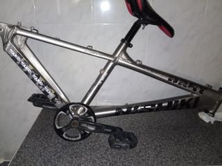 cuadro de aluminio con pedalier pedales y asiento