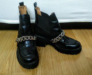 Botines negros con cadena Zara