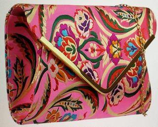 Bandolera fasetada rosa bordada con cadena nueva