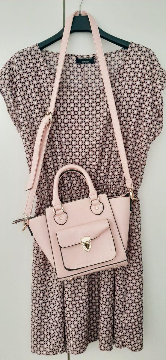 Vestido corto estampado y bolso bandolera rosa