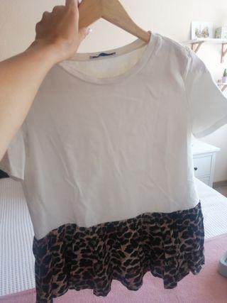 camiseta blanca de Zara con volantes leopardo