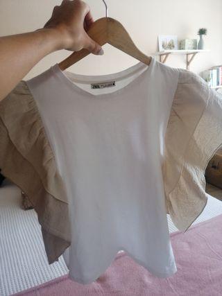 camiseta blanca de Zara con volantes beige