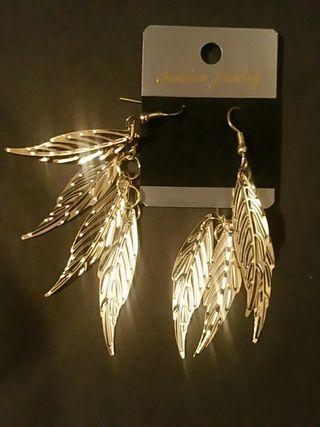 Pendientes largos diseño plumas dorados joyas oro