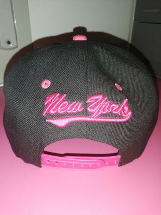 Gorra NY negra y rosa