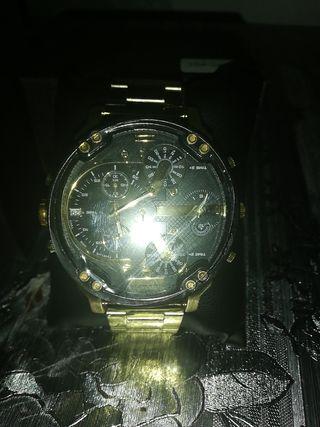 reloj nuevo sin estrena con plásticos y con caja