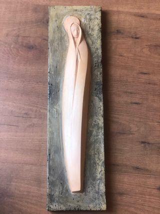 Relieve Virgen tallada en losa piedra travertino
