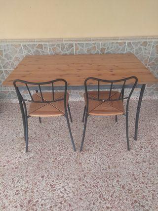mesa y dos sillas de jardín