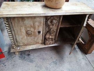 mueble de madera tallado