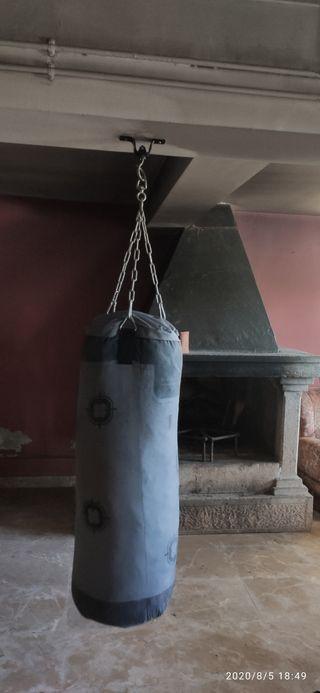 saco de boxeo, guantes y comba
