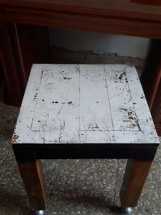 mesa con ruedas echa artesanalmente
