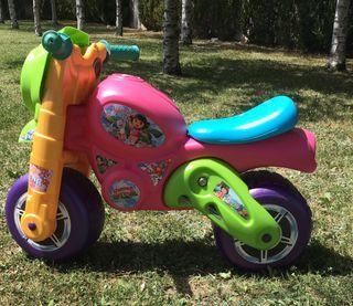 Moto niña feber de Dora la exploradora.