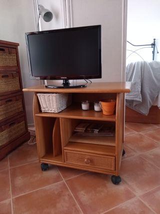 Sofá cama, mesa comedor, armarios y mesa auxiliar