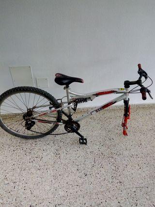 Bicicleta con amortiguación trasera y delantera