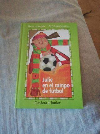 Julie en el campo de fútbol