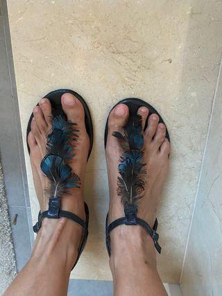 Sandalias con plumas