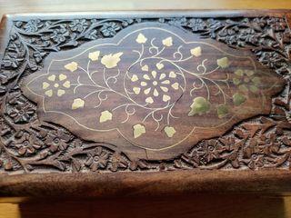 Cofre de madera con grabado floral