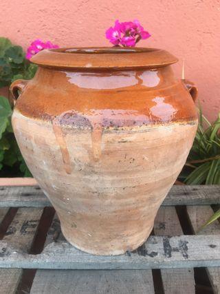 Antigua vasija de barro esmaltado