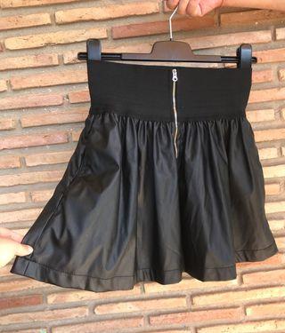 Falda negra de vuelo estilo cuero