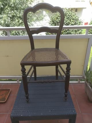 silla de roble y rejilla