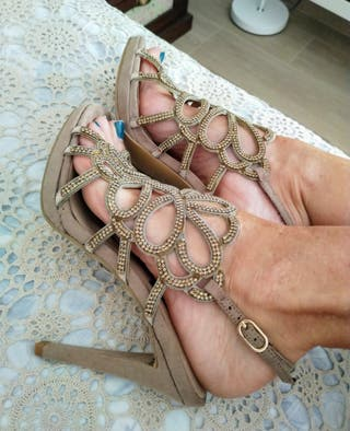 Sandalias doradas y beige de fiesta de CS Calzados