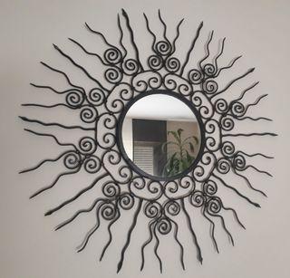 Espejo redondo de hierro forjado.