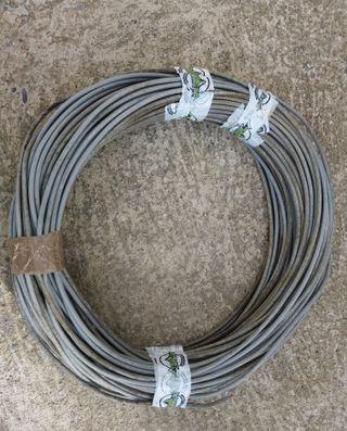 ccable eléctrico gris de 4,5 mm.