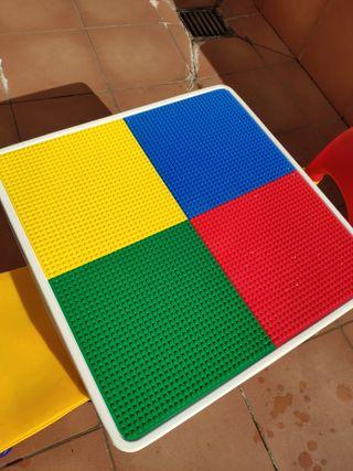 Mesa y sillas infantiles. Para jugar a Lego