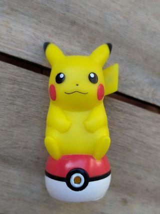 Pokémon Figura Pikachu sentado en una Pokeball