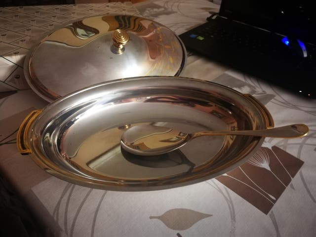 Fuente metálica ovalada con tapa
