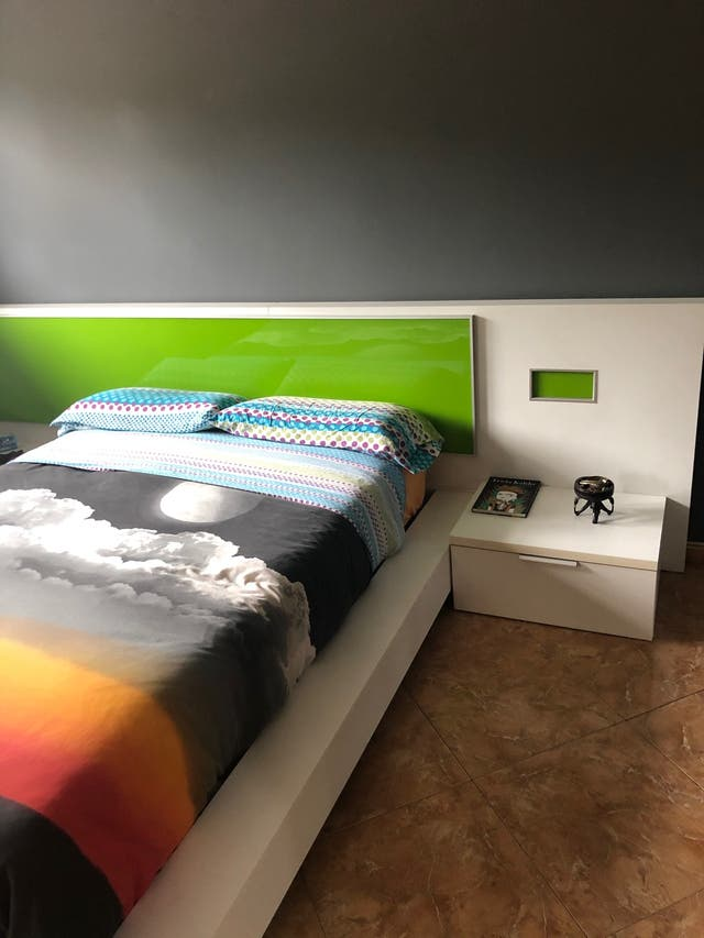 Estructura cama 1'35x90 + somier + 2 mesitas