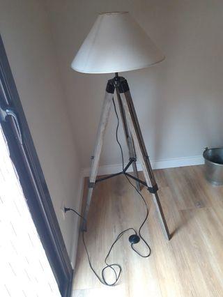 Lámpara de pie tripode madera y hierro