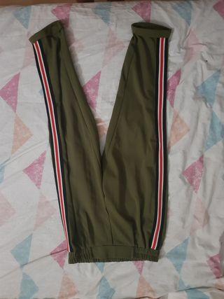 Pantalon color militar con rayas a los lados