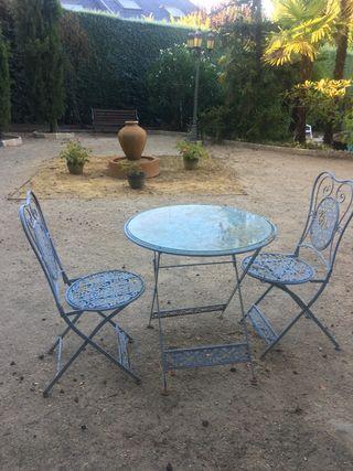 Mesa y dos sillas de forja de jardin