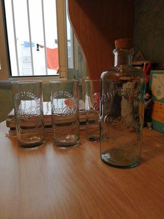 Botella y vasos coca cola