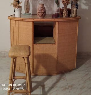 Mueble bar y taburete de mimbre