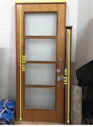 Puerta corredera madera y cristal.