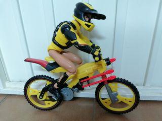 Muñeco articulado y moto lanzamisiles