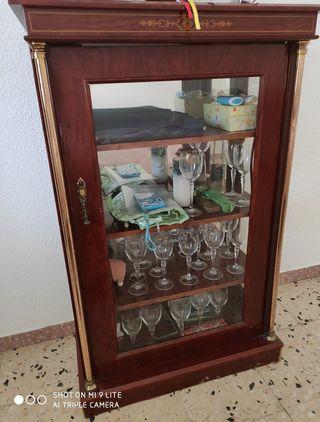 vitrina de madera con puerta de cristal