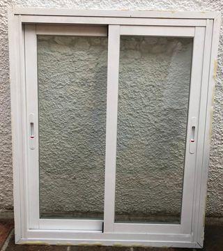 Ventana blanca de aluminio con climalit