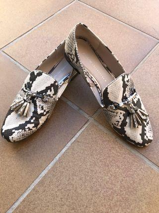 Zapatos mocasín estampado serpiente tacón plata