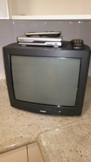 "Televisor de tubo de 17"" con aparato de TDT."