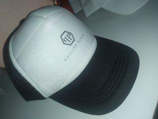 gorra negra y blanca