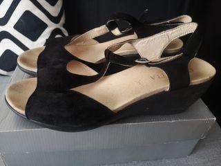 sandalias negras. tacón