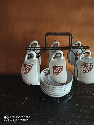 6 tazas de café con platitos y soporte
