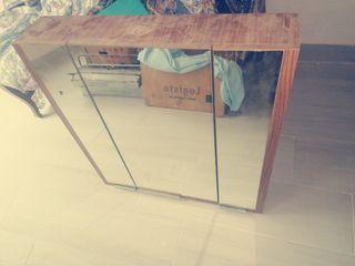 Mueble de madera con espejo