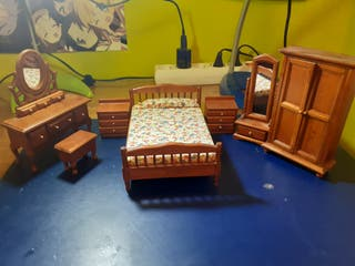 Set muebles casa de muñecas.