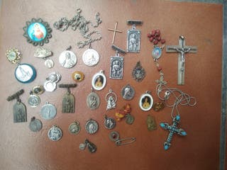 Lote de 36 medallas. colgantes, etc.. religiosas
