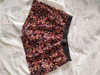 Falda-pantalón de flores de Stradivarius