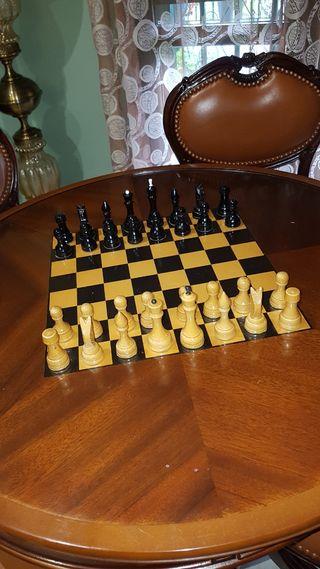 Mesa de juego con 4 sillas y ajedrez