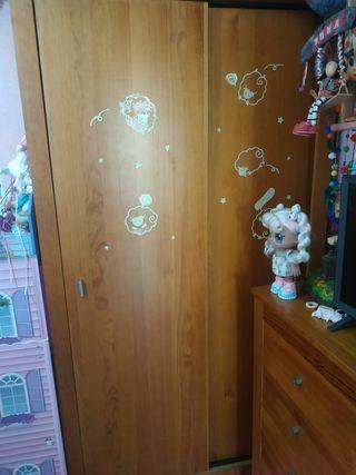 vendo armario de madera maciza con puertas correde